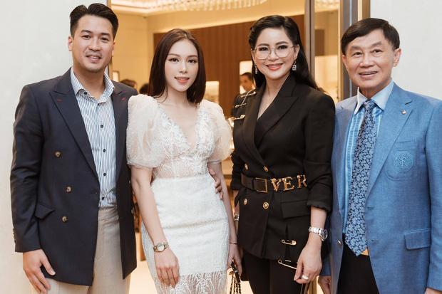 Lần đầu tiên Linh Rin công khai hình ảnh chụp chung cùng với bố mẹ của Phillip Nguyễn