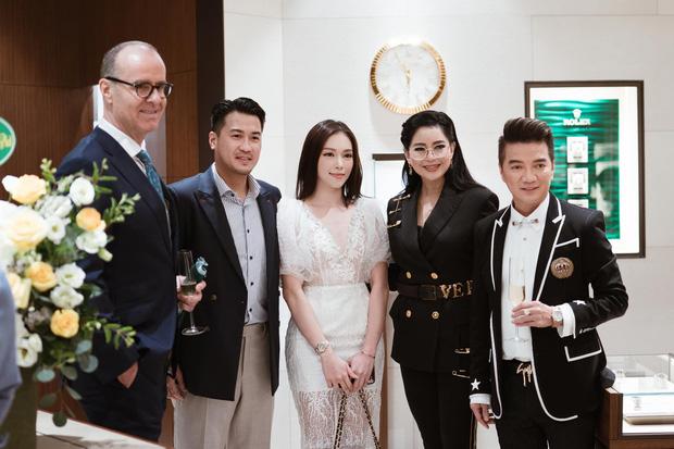 """Thân thiết cùng mẹ chồng tương lai như thế này chắc hẳn lại có một đám cưới """"siêu to siêu khổng lồ"""" của Linh Rin và Phillip Nguyễn rồi nhỉ?!"""