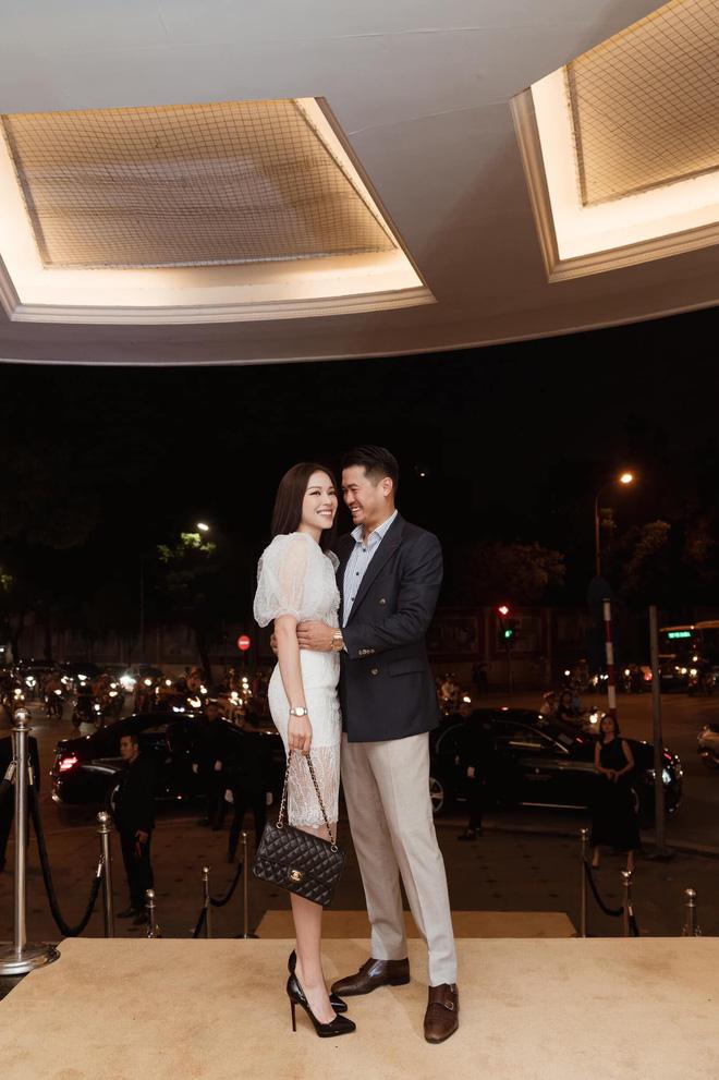 Cặp đôi thoải mái thể hiện tình cảm trước công chúng