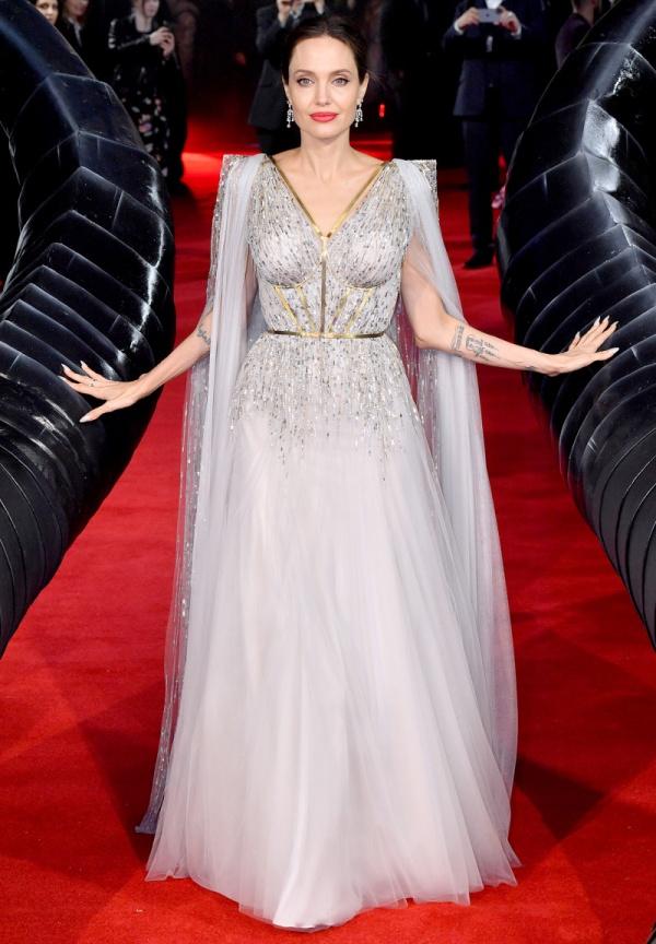 Không diện đầm công chúa thì thôi, một khi Angelina Jolie đã 'lên đồ' thì 'tiên tử Hollywood' cũng phải chịu lép vế 0
