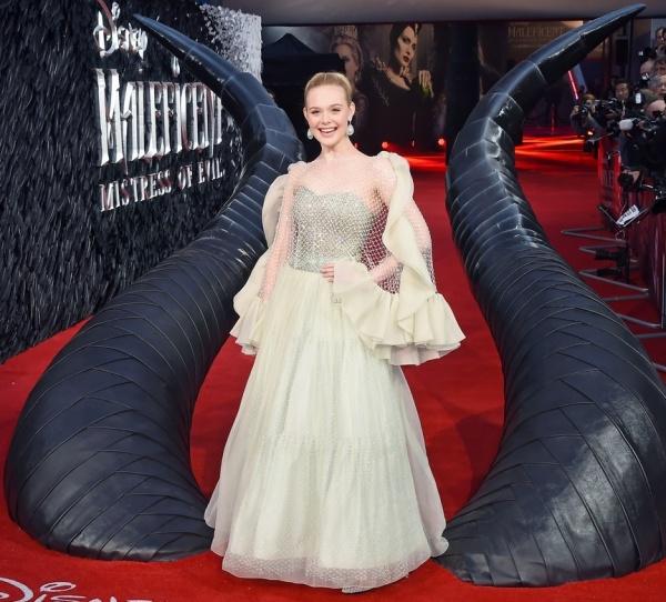 Không diện đầm công chúa thì thôi, một khi Angelina Jolie đã 'lên đồ' thì 'tiên tử Hollywood' cũng phải chịu lép vế 5