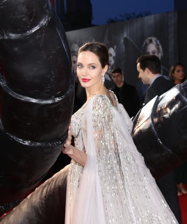 Không diện đầm công chúa thì thôi, một khi Angelina Jolie đã 'lên đồ' thì 'tiên tử Hollywood' cũng phải chịu lép vế 1