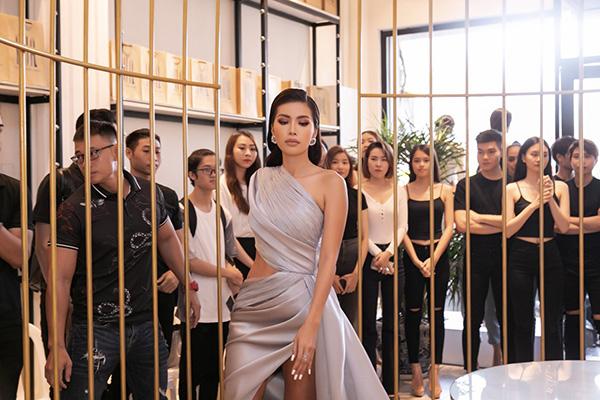 Minh Tú diện váy xẻ cao, khoe chân thon dài tại sự kiện thời trang 3