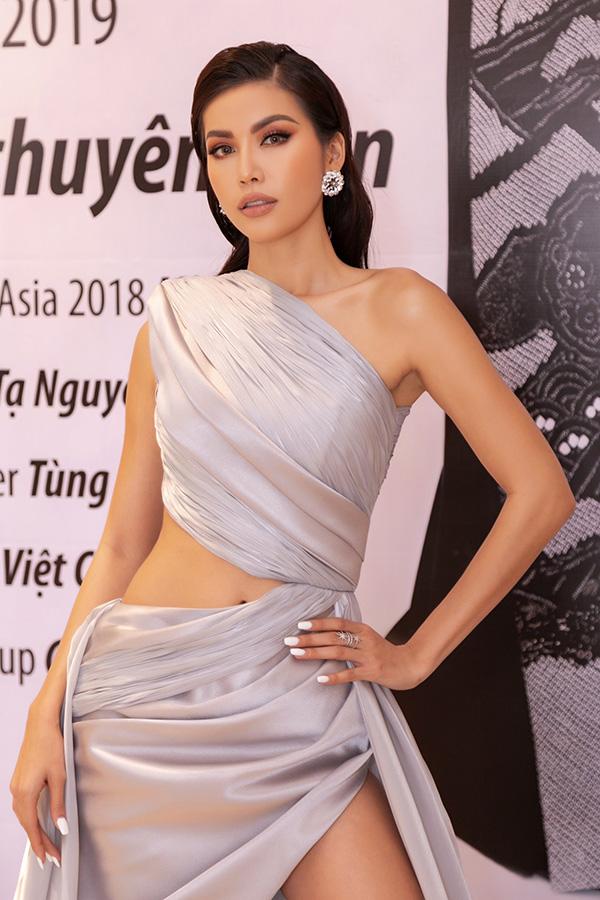 Minh Tú diện váy xẻ cao, khoe chân thon dài tại sự kiện thời trang 2