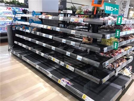 Bầu trời Nhật Bản chuyển sang màu tím, người dân tích trữ lương thực và nước uống trước bão 5