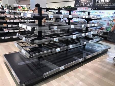 Các siêu thị ở Nhật Bản hết sạch thực phẩm và nước uống.