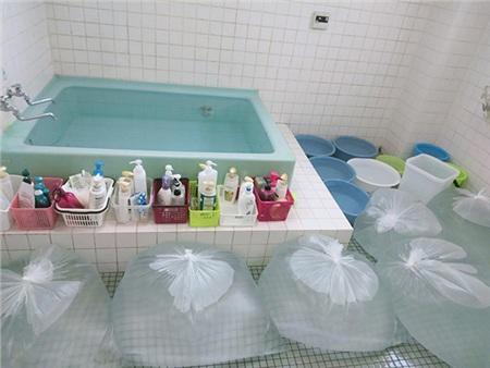 Bầu trời Nhật Bản chuyển sang màu tím, người dân tích trữ lương thực và nước uống trước bão 7