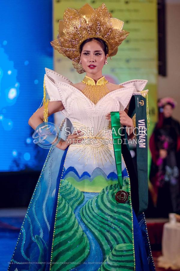 Với kinh nghiệm trình diễn áo dài nhiều năm, Hoàng Hạnh đã ghi điểm khi thể hiện được 2 sắc thái khác nhau trước và sau khi biến hóa áo dài. Sự cố gắng của cô đã mang về huy chương đầu tiên cho Việt Nam. Giải bạc quốc phục thuộc về đại diện Philippines, giải vàng thuộc về đại diện Mông Cổ.