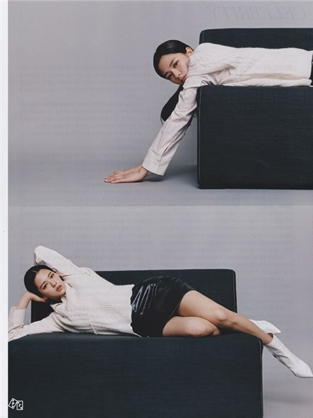 Hầu hết các bộ trang phục màJeongyeon diện trên bìa tạp chí lần này đều có topng màu đơn sắc, không có bất kỳ hiệu 'phụ họa' nào nhưng thành viên của Twice vẫn vô cùng tỏa sáng.