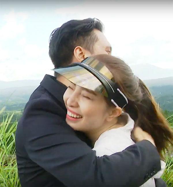 Việt Anh ôm Quỳnh Nga thân mật trên sóng truyền hình 4