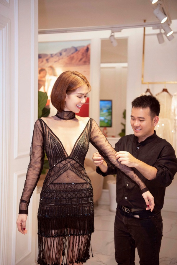 Ngọc Trinh diện quần jean áo thun giản dị vẫn đẹp hết nấc đi thử đồ dự sự kiện 2