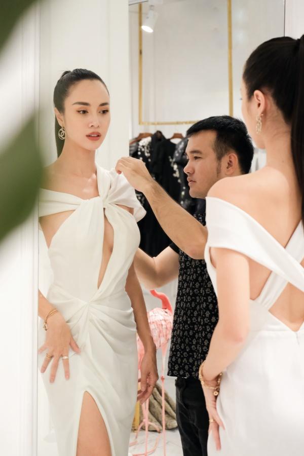 Ngọc Trinh diện quần jean áo thun giản dị vẫn đẹp hết nấc đi thử đồ dự sự kiện 5