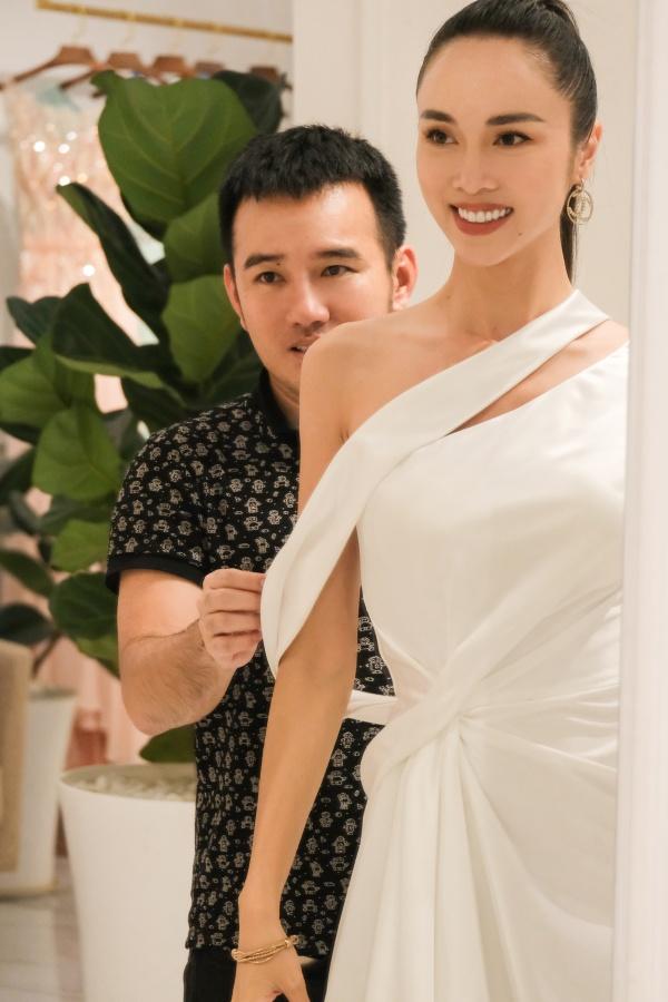 Ngọc Trinh diện quần jean áo thun giản dị vẫn đẹp hết nấc đi thử đồ dự sự kiện 4