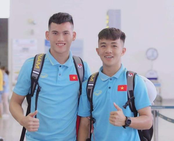 Tiền vệ CLB HAGL - Nguyễn Thanh Khôi (bên phải).