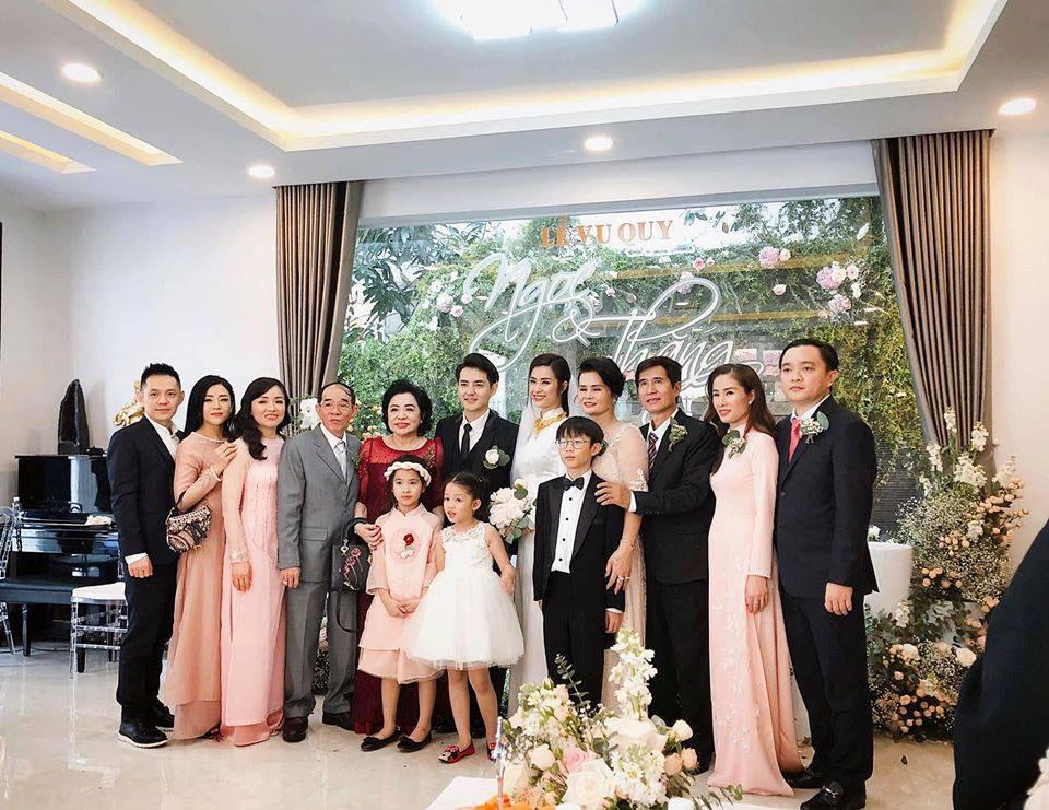 Hình ảnh đầy đủ nhất các thành viên trong gia đình được Đông Nhi chia sẻ trên trang cá nhân với dòng trạng thái: 'Chúng ta là gia đình'.