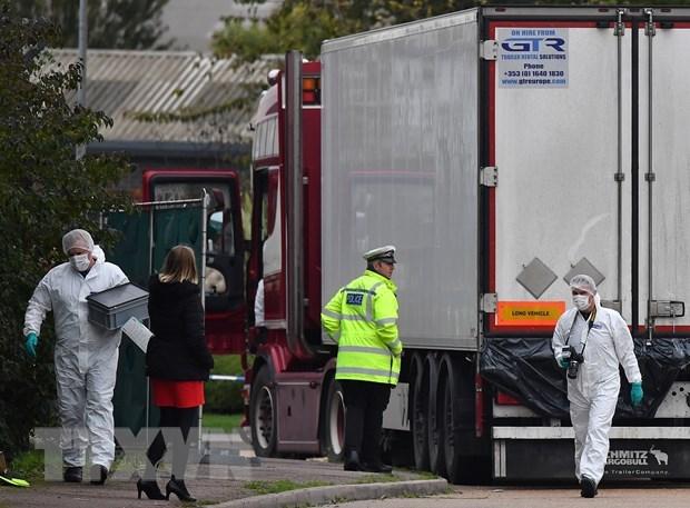 Cảnh sát Anh điều tra tại hiện trường phát hiện xe container chở 39 thi thể ở Khu công nghiệp Waterglade thuộc Grays, hạt Essex, phía đông London ngày 23/10/2019. (Nguồn: AFP/TTXVN)