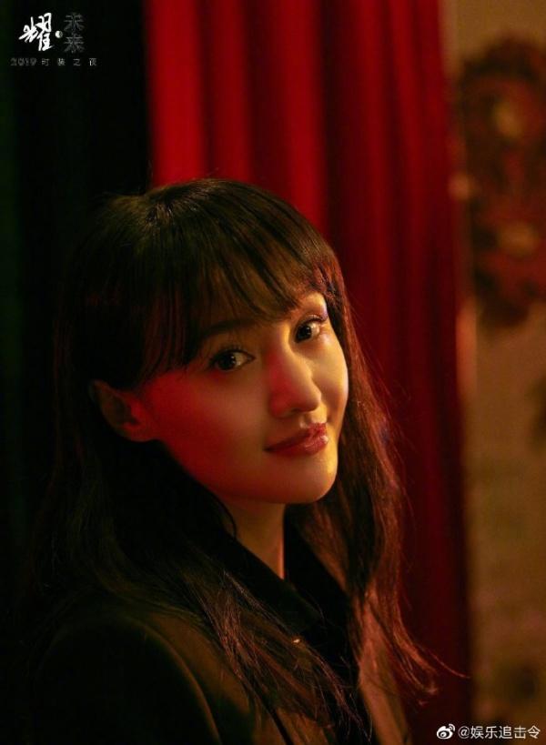 Trong ảnh chụp do tạp chíL'Officiel thực hiện, có thể thấy gương mặt Trịnh Sảng dù đã không còn gượng gạo, thiếu tự nhiên như ngoài thảm đỏ nhưng vẫn còn một chút gì đó hơi vô hồn, thiếu cảm xúc.