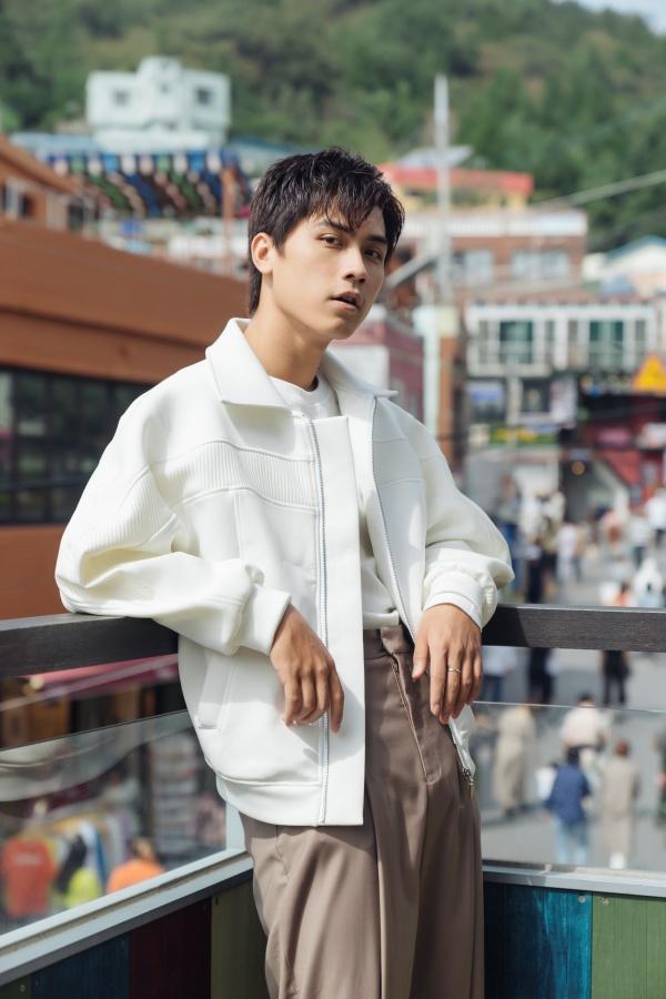 Diễn viên 'Thưa mẹ con đi' khoe vẻ điển trai tại làng cổ được mệnh danh 'Santorini của Hàn Quốc' 2