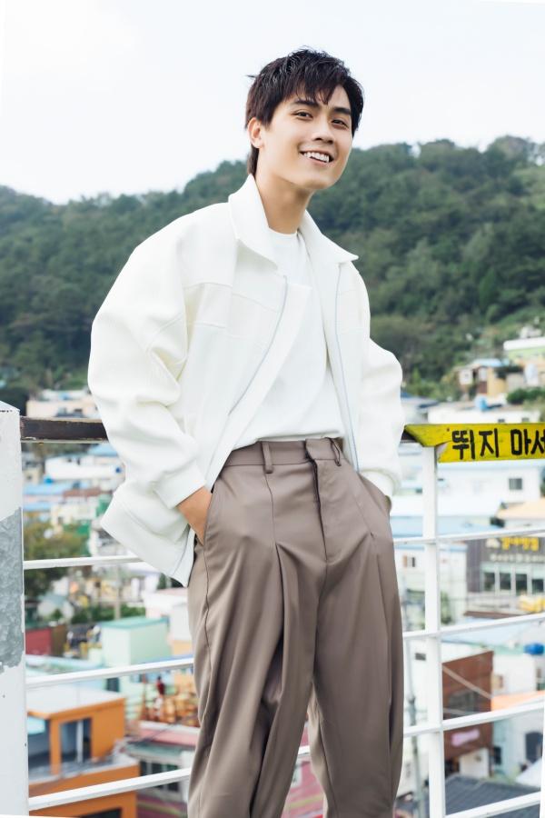 Diễn viên 'Thưa mẹ con đi' khoe vẻ điển trai tại làng cổ được mệnh danh 'Santorini của Hàn Quốc' 1