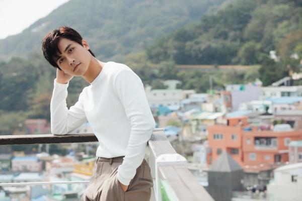 Diễn viên 'Thưa mẹ con đi' khoe vẻ điển trai tại làng cổ được mệnh danh 'Santorini của Hàn Quốc' 5