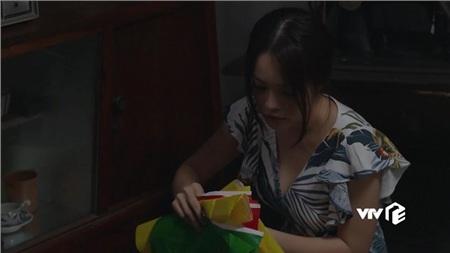 Ở chung một nhà, Minh khó lòng kiềm chế được nhu cầu sinh lý trước cô vợ cũ xinh đẹp.
