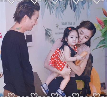 Vợ chồng Hoài Lâm lần đầu khoe ảnh cả hai cô con gái đáng yêu 3