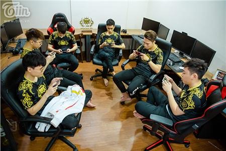 Cả team đang luyện tập chăm chỉ chuẩn bị cho kì Sea Game quan trọng sắp tới.