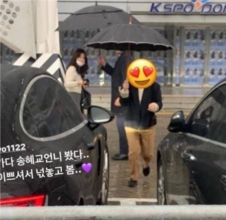 Nổi tiếng là có ít bạn bè trong giới giải trí, ấy vậy mà Song Hye Kyo đã hai năm liên tiếp đều dành thời gian đến dự concert của IU với tư cách khán giả. Trước đây, cô cũng từng gửi hẳn hai xe đồ ăn, đồ uống sang chảnh tặng IU nhân dịp nữ thần tượng quay trở lại đóng phim.