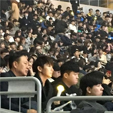 Lee Jun Ki cũng được fan bắt gặp xuất hiện tại concert của IU. Cả hai quen biết khi đóng chung phimMoon Lovers: Scarlet Heart Ryeovà thân thiết từ đó đến nay.