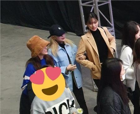 Sejeong đi cùng Doyeon và Rina của Weki Meki.