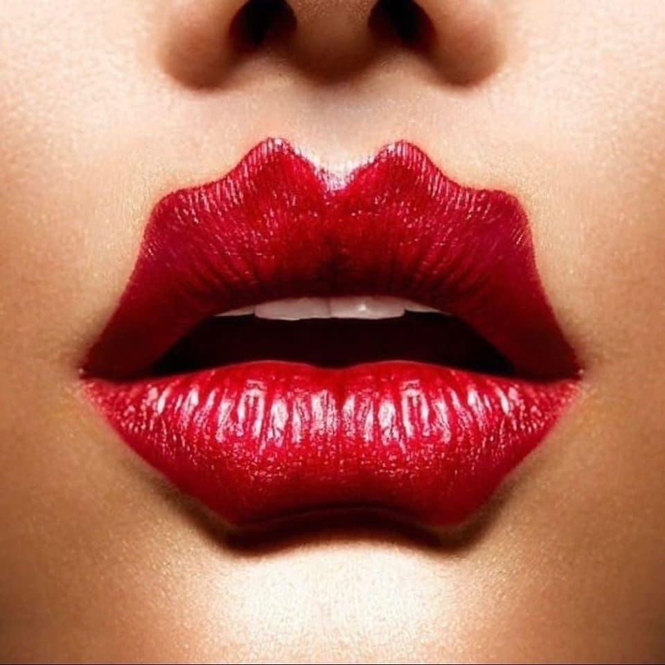 Dù kết hợp với màu son gì thì đôi môi này vẫn nổi bật và gây ấn tượng mạnh.