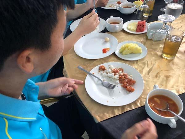 Bữa ăn thiếu chất của các cầu thủ nữ Việt Nam những ngày đầu tham dự SEA Games 30.