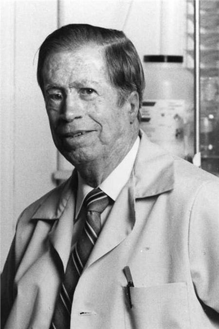 Giáo sư R. Bruce Merrifield