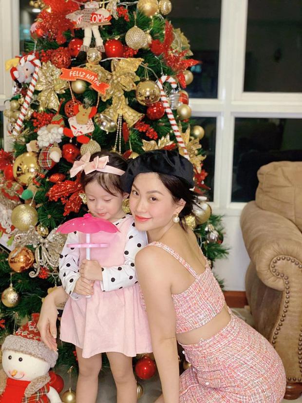 Á hậu Diễm Trang và con gái bên câu thông Noel