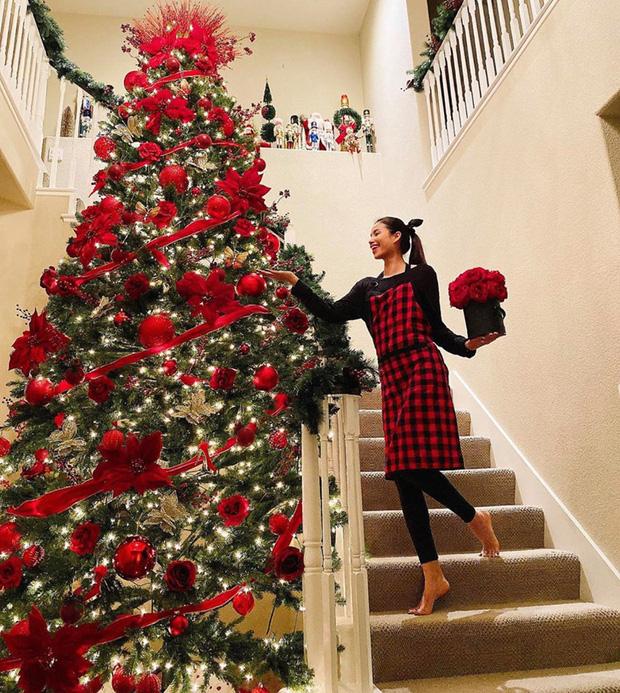 Ở phương trời xa, Phạm Hương cũng đang hóa thân vào hình ảnh cô nàng chăm chỉ và vui thích khi được trang trí cây thông Noel