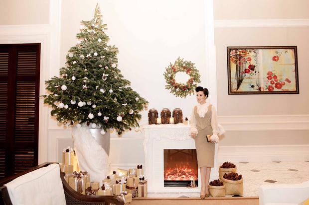 Giáng My chuẩn bị cả cây thông Noel và rất nhiều hộp quà trang trí xung quanh