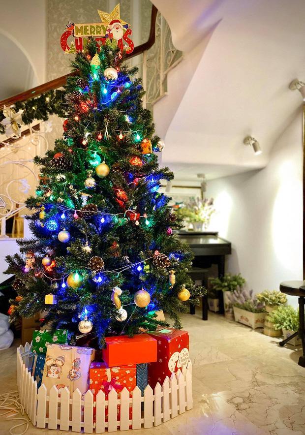 Thúy Hạnh khoe 'chiến lợi phẩm' trong nhà là cây thông ấm áp và rất nhiều hộp quà với những màu sắc lấp lánh