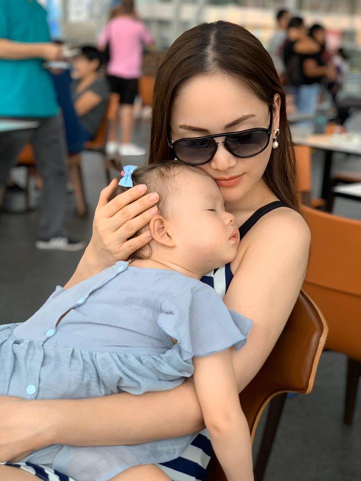 Lan Phương thường update những khoảnh khắc đáng yêu của cô con gái nhỏ Lina.