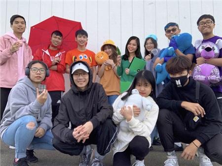Nhóm du học sinh Việt tại Mỹ hào hứng và bắt trọn trend này chẳng kém gì các bạn Việt Nam.