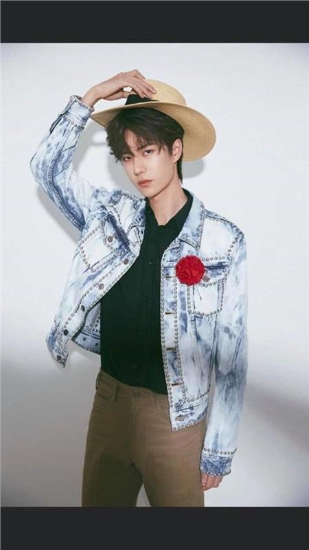 Cách mix trang phục từ áo, quần đến mũ của Vương Nhất Bác đều 'chạm trán' với RM.