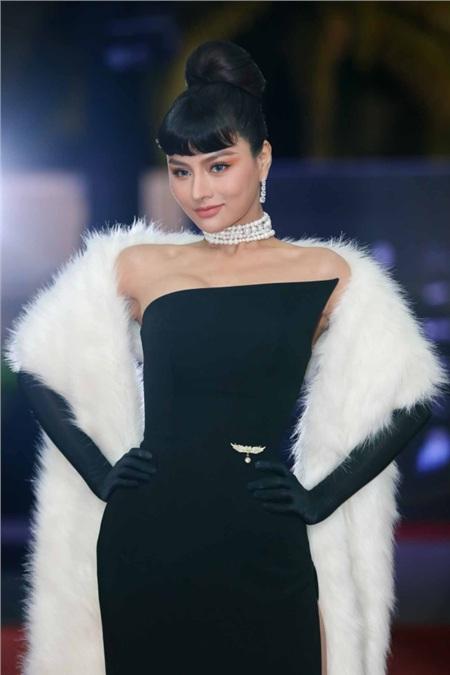 Cựu siêu mẫu đình đám Vũ Thu Phương cũng quyến rũ và nổi bật chẳng kém trên thảm đỏ. Cô chọn thiết kế váy đen, ôm sát dáng người cùng chiếc khăn khoác vai bằng lông trắng sang chảnh.