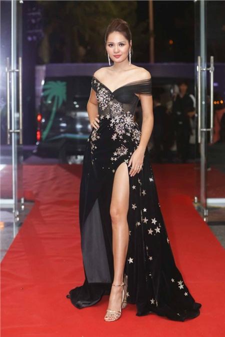Hoa hậu Hương Giang chọn thiết kế trễ vai cùng họa tiết ngôi sao lấp lánh trên thân váy.