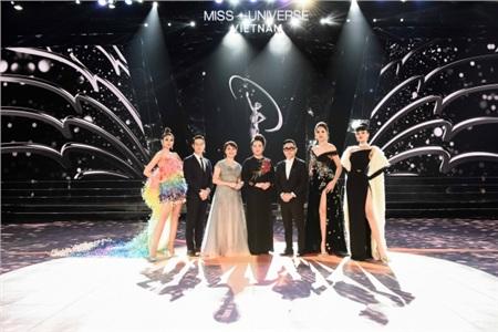 Các giám khảo đã ngồi vào ghế, sẵn sàng chào đón Tân Hoa hậu chuẩn bị xuất hiện.