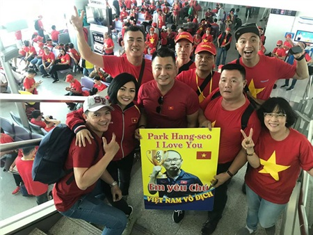Cả hội còn mang theo banner HLV Park Hang Seo cùng dòng chữ 'Em yêu chú - Việt Nam vô địch' để thêm phần khí thế.