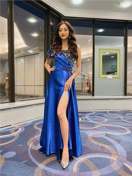 Hoa hậu thế giới Việt Nam 2019 Lương Thùy Linh đã mang một chiếc váy tông xanh cổ điển này sang Anh tham dự cuộc thi Miss World 2019.