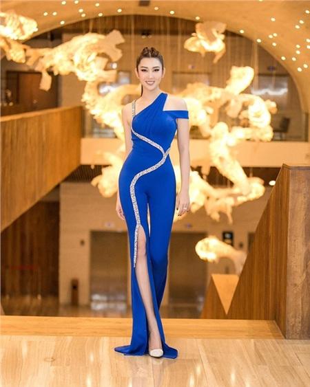 Thúy Ngân 'Gạo nếp gạo tẻ' phô diễn tối đa thân hình gợi cảm khi lựa chọn cho mình thiết kế jumpsuit giả váy ôm sát tông xanh cổ điển, với những đường cắt xẻ táo bạo nhưng cũng vô cùng tinh tế.
