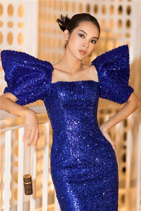 Diễn viên Quỳnh Lương khoe vẻ đẹp thời thượng trong thiết kế màu xanh cổ điển, được đính kết sequin lấp lánh.
