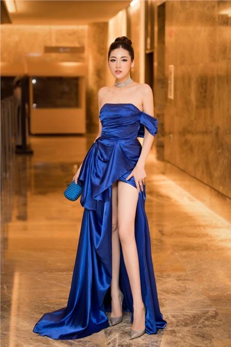 Á hậu Tú Anh đón đầu xu hướng khi diện một thiết kế classic blue, trễ vai dáng mullet, khoe vai trần mảnh mai và đôi chân dài gợi cảm.