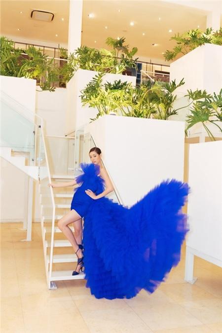Tại một sự kiện, Hoa hậu Khánh Vân đã lựa chọn một bộ đầm xếp tầng tông xanh cổ điển, chất liệu voan bồng bềnh của NTK Lê Ngọc Lâm.