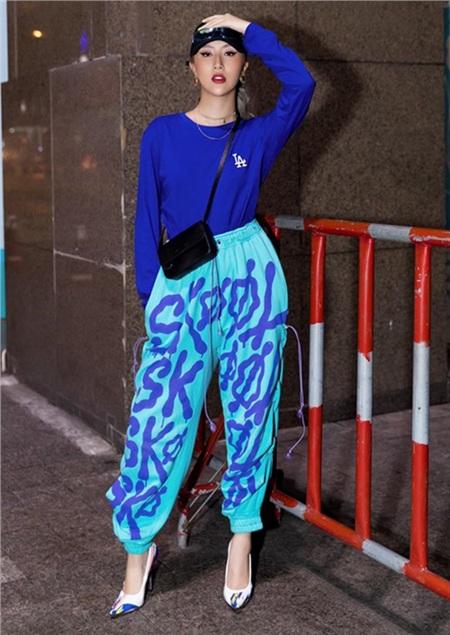Set đồ thể thao khỏe khoắn với tông xanh cổ điển làm chủ đạo của Quỳnh Anh Shyn được pha trộn nét nữ tính nhờ việc cô nàng đã kết hợp thêm đôi giày cao gót đồng điệu.